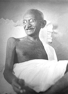 GANDHI et l'Inde dans VOYAGE EN INDE 220px-gandhi_smiling_1942