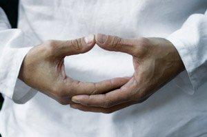 comment-mediter-chez-soi-mains-en-coupe